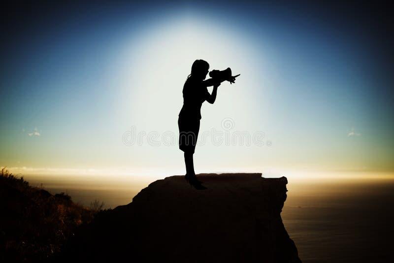 Zusammengesetztes Bild der Schattenbildgeschäftsfrau Megaphon halten lizenzfreie abbildung