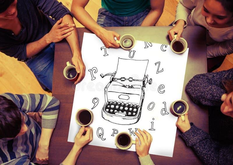 Zusammengesetztes Bild der Schreibmaschine und Buchstaben kritzeln auf Seite lizenzfreie stockfotografie