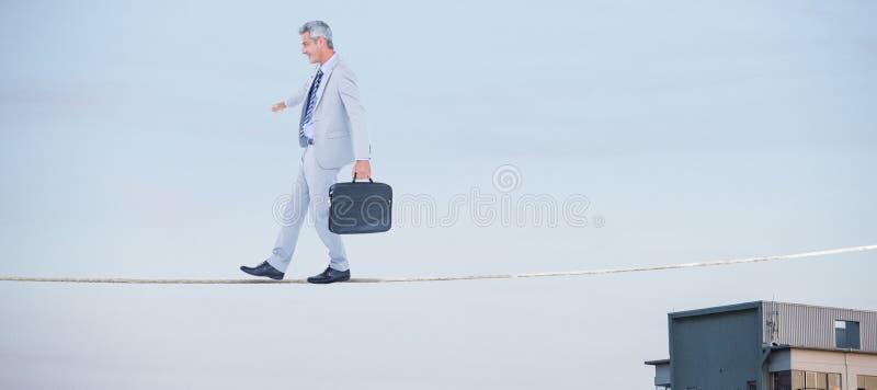 Zusammengesetztes Bild der Seitenansicht des Geschäftsmannes gehend mit Aktenkoffer über weißem Hintergrund lizenzfreie stockfotos