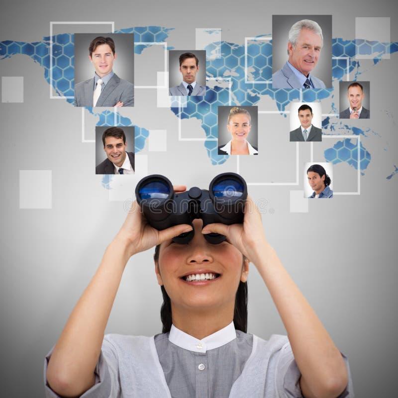 Zusammengesetztes Bild der visionären Geschäftsfrau schauend durch Ferngläser stockfotografie
