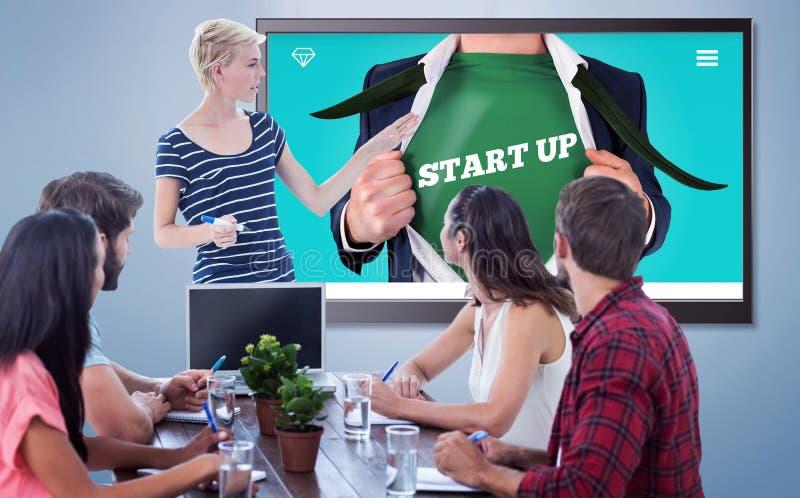 Zusammengesetztes Bild der zufälligen Geschäftsfrau Darstellung gebend ihren Kollegen stockbilder