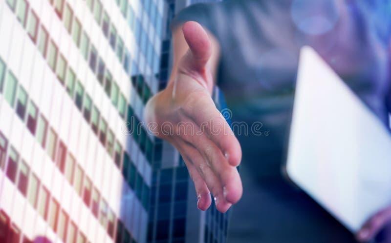 Zusammengesetztes Bild des Angebothändedrucks der Geschäftsfrau lizenzfreie stockfotos