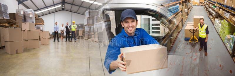 Zusammengesetztes Bild des Angebotpaketes des Lieferungsfahrers von seinem Packwagen stockbilder
