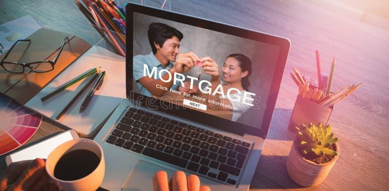 Zusammengesetztes Bild des Digitalbilds der Hypothekenwebseite und -paare, die Schlüssel halten lizenzfreies stockfoto