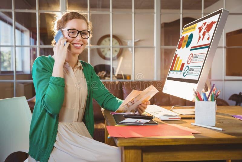 Zusammengesetztes Bild des digitalen zusammengesetzten Bildes der Geschäftsdarstellung mit Diagrammen und Text stockfotografie