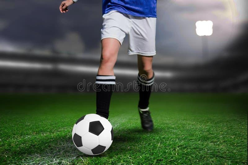 Zusammengesetztes Bild des Frauenfußballspielers, der mit einem Ball weiterkommt lizenzfreie stockfotografie