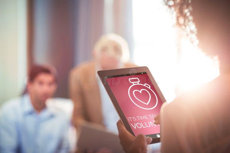 Zusammengesetztes Bild des freiwilligen Textes mit Ikonen auf rosa Schirm stockbild
