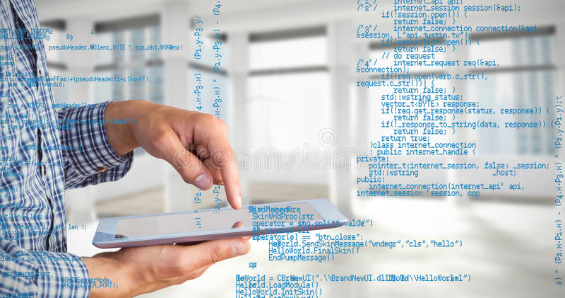 Zusammengesetztes Bild des geeky Geschäftsmannes unter Verwendung seines Tabletten-PC stockbilder
