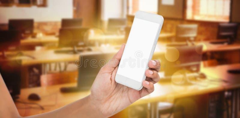 Zusammengesetztes Bild des geernteten Bildes der Geschäftsfrau intelligentes Telefon 3d halten lizenzfreie stockbilder