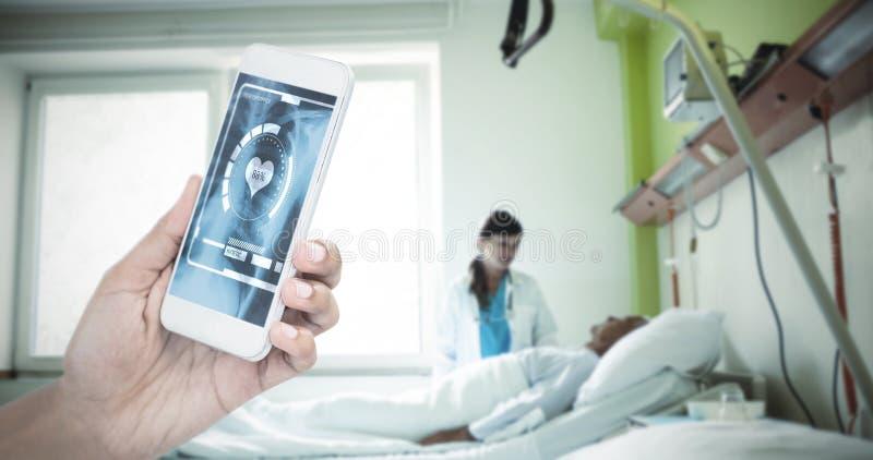 Zusammengesetztes Bild des geernteten Bildes der Geschäftsfrau intelligentes Telefon halten lizenzfreies stockbild
