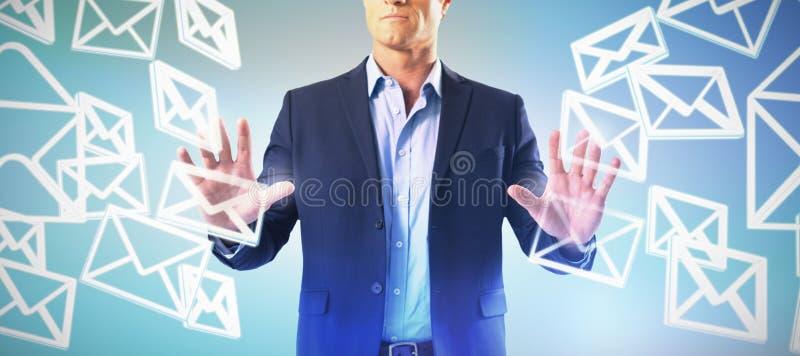 Zusammengesetztes Bild des Geschäftsmannes den unsichtbaren Schirm berührend lizenzfreies stockbild