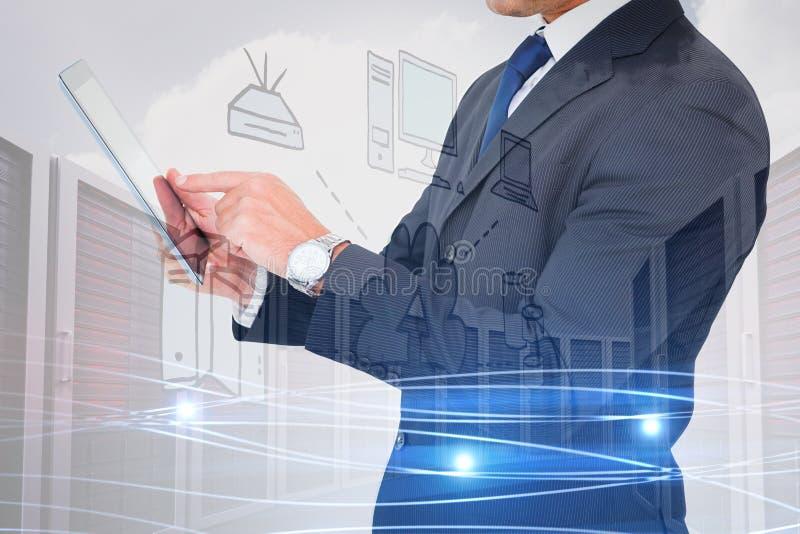 Zusammengesetztes Bild des Geschäftsmannes in der Klage unter Verwendung der digitalen Tablette lizenzfreie stockbilder
