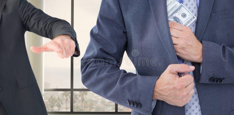 Zusammengesetztes Bild des Geschäftsmannes Geld in der Jacke halten stockfotografie