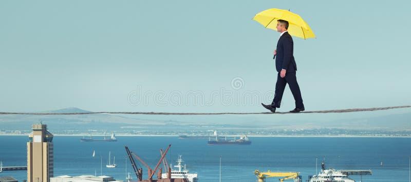 Zusammengesetztes Bild des Geschäftsmannes mit gelbem Regenschirm gehend auf weißen Hintergrund lizenzfreies stockbild
