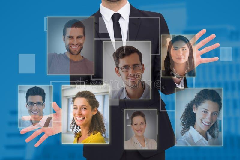 Zusammengesetztes Bild des Geschäftsmannes stehend mit den Händen heraus verbreitet lizenzfreie stockfotografie