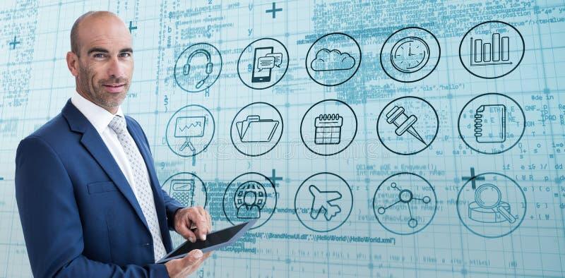 Zusammengesetztes Bild des Geschäftsmannes unter Verwendung einer Tablette und des Lächelns an der Kamera stockbilder