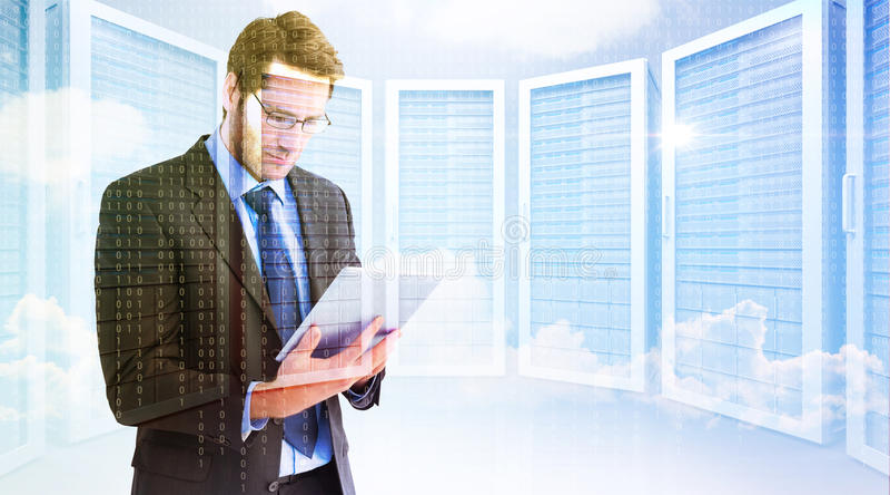 Zusammengesetztes Bild des Geschäftsmannes unter Verwendung eines Tablet-Computers lizenzfreie stockbilder