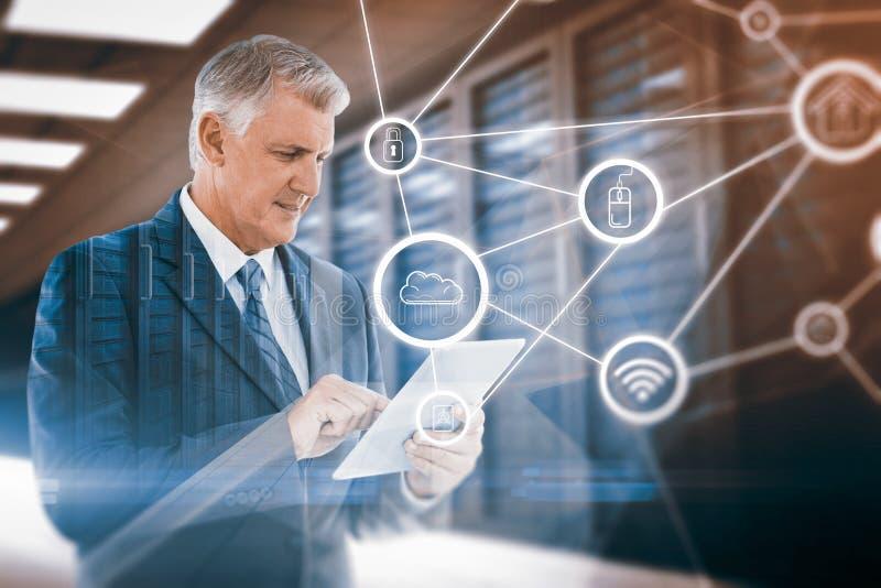 Zusammengesetztes Bild des Geschäftsmannes unter Verwendung seiner Tablette stockbild