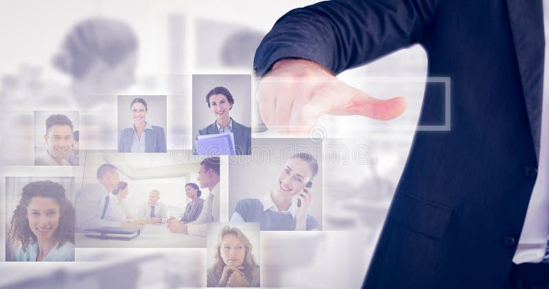 Zusammengesetztes Bild des Geschäftsmannes zeigend mit seinem Finger stockbilder