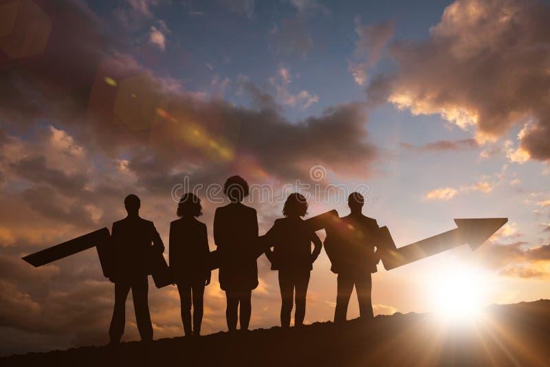 Zusammengesetztes Bild des Geschäftsteams mit Pfeil lizenzfreie stockfotos