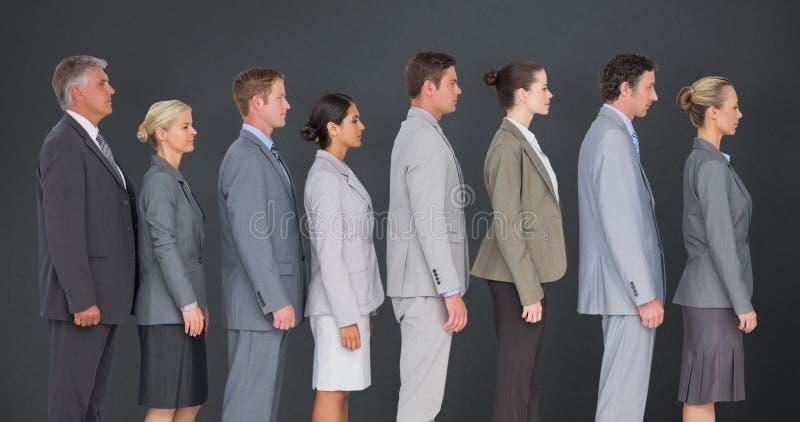 Zusammengesetztes Bild des Geschäftsteams stehend in der Reihe stockbild