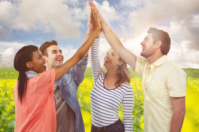 Zusammengesetztes Bild des glücklichen kreativen Teams, das eine Motivgeste gibt lizenzfreie stockbilder