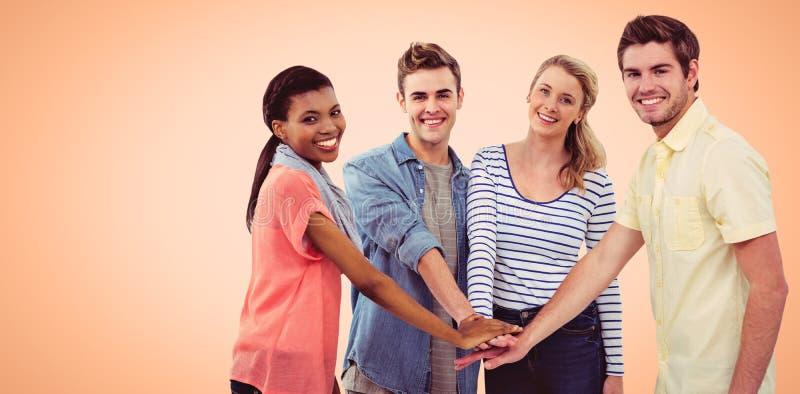 Zusammengesetztes Bild des glücklichen kreativen Teams, das eine Motivgeste gibt stockfoto