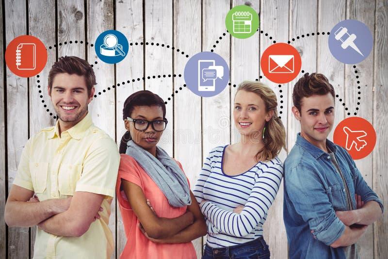 Zusammengesetztes Bild des glücklichen kreativen Teams, das zusammen steht stockfoto
