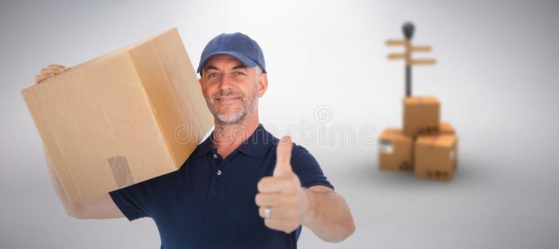 Zusammengesetztes Bild des glücklichen Lieferers die Pappschachtel halten, die sich Daumen zeigt stockfotografie