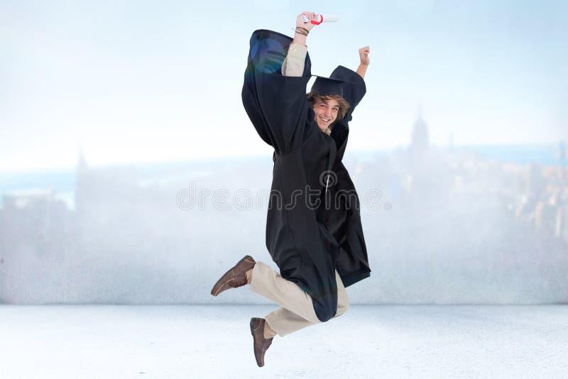 Zusammengesetztes Bild des glücklichen männlichen Studenten im graduiertem Robenspringen stockfotografie