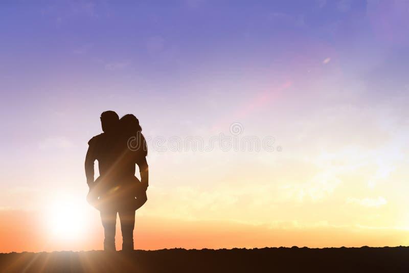 Zusammengesetztes Bild des gutaussehenden Mannes piggyback gebend seiner Freundin stockfotografie