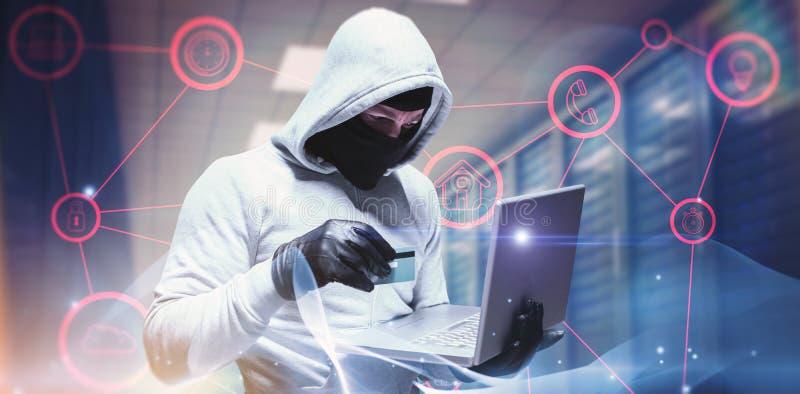 Zusammengesetztes Bild des Hackers, der Laptop verwendet, um Identität zu stehlen stockfotografie