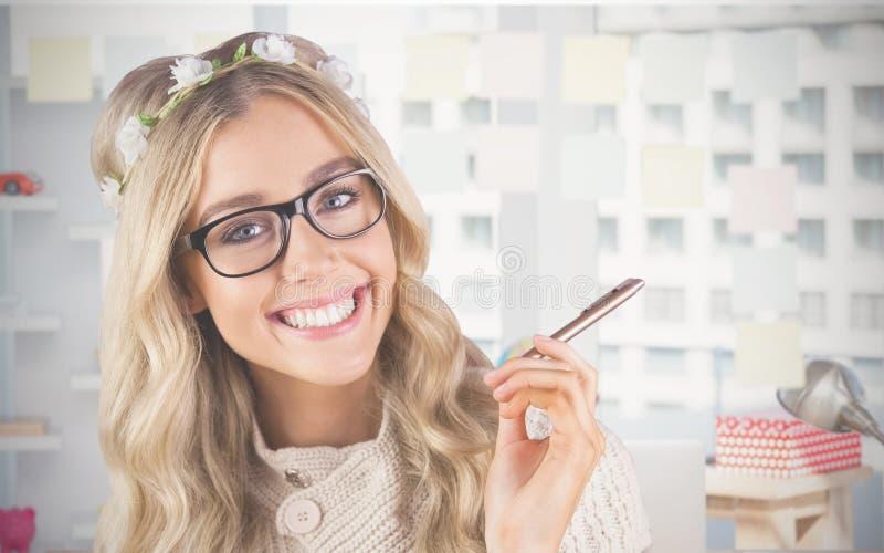 Zusammengesetztes Bild des herrlichen lächelnden blonden Hippie-Behälters lizenzfreie stockfotografie