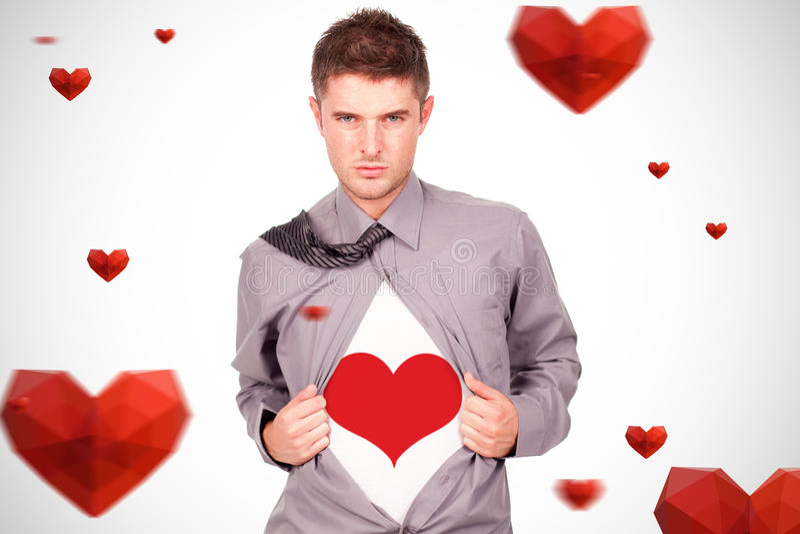 Zusammengesetztes Bild des jungen attraktiven Mannes, der an seinem T-Shirt zieht lizenzfreie stockbilder