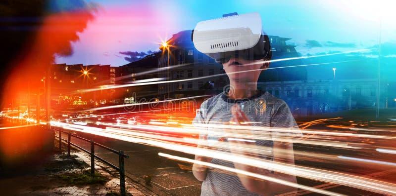 Zusammengesetztes Bild des Jungen gestikulierend bei der Anwendung des Kopfh?rers der virtuellen Realit?t lizenzfreie stockfotografie