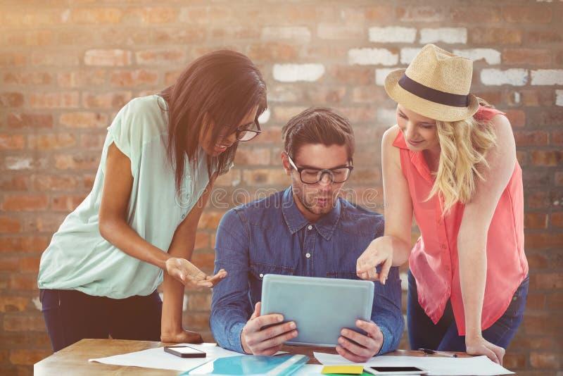 Zusammengesetztes Bild des kreativen Geschäftsteams, das schwer zusammen arbeitet stockfoto