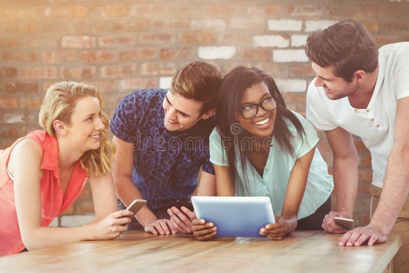 Zusammengesetztes Bild des kreativen Teams alles unter Verwendung der Smartphones stockfoto