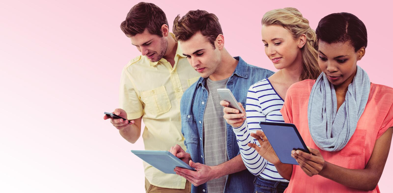 Zusammengesetztes Bild des lächelnden kreativen Teams, das in einer Linie unter Verwendung der Technologie steht stockbild