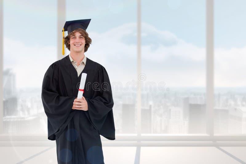 Zusammengesetztes Bild des lächelnden Studenten in der graduierten Robe stockbilder