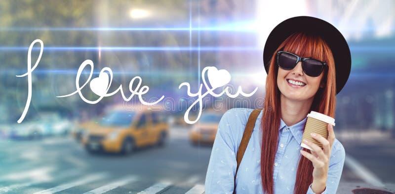Zusammengesetztes Bild des lächelnden trinkenden Kaffees der Hippie-Frau stockfotos