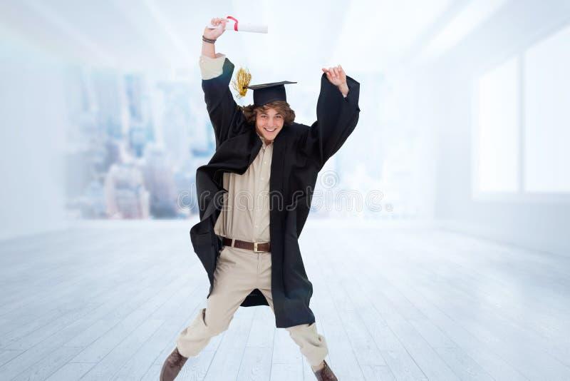 Zusammengesetztes Bild des männlichen Studenten im graduiertem Robenspringen stockbild