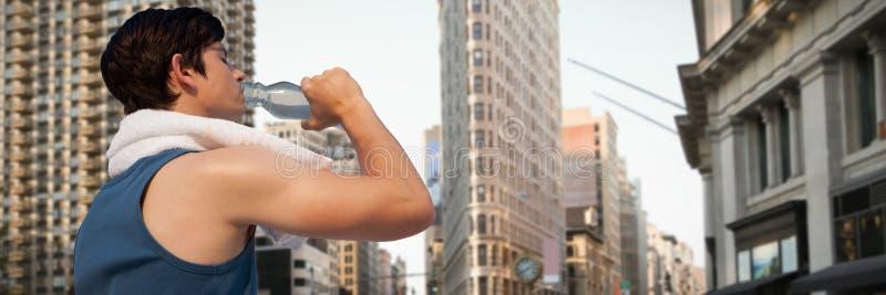 Zusammengesetztes Bild des müden Trinkwassers des jungen Mannes gegen weißen Hintergrund lizenzfreies stockbild