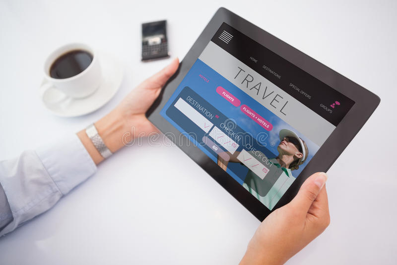 Zusammengesetztes Bild des Mannes, der Tabletten-PC verwendet stock abbildung