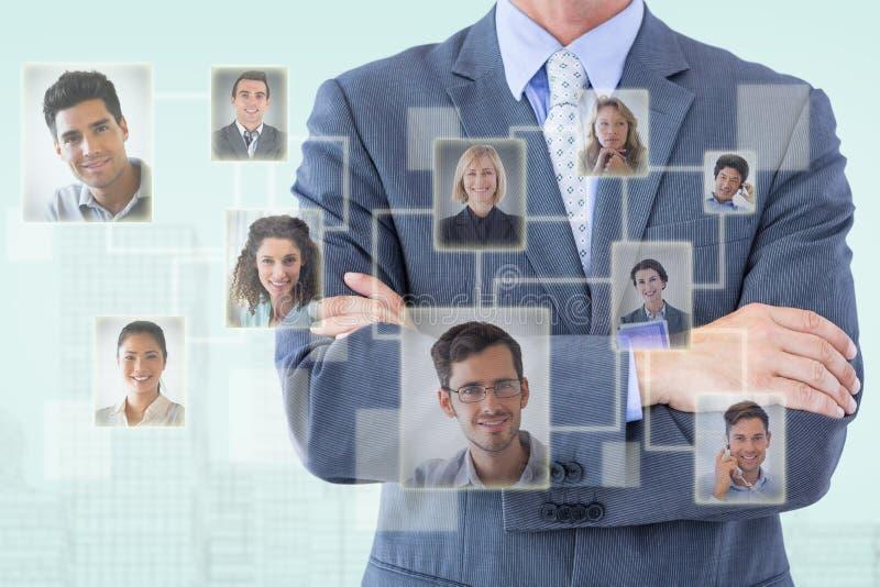 Zusammengesetztes Bild des Mittelteils der stehenden Arme des Geschäftsmannes gekreuzt lizenzfreie stockfotografie