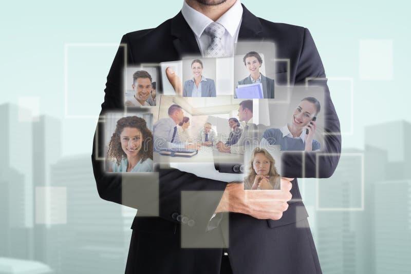 Zusammengesetztes Bild des mittleren Abschnitts des Geschäftsmannes Computer halten stockbild