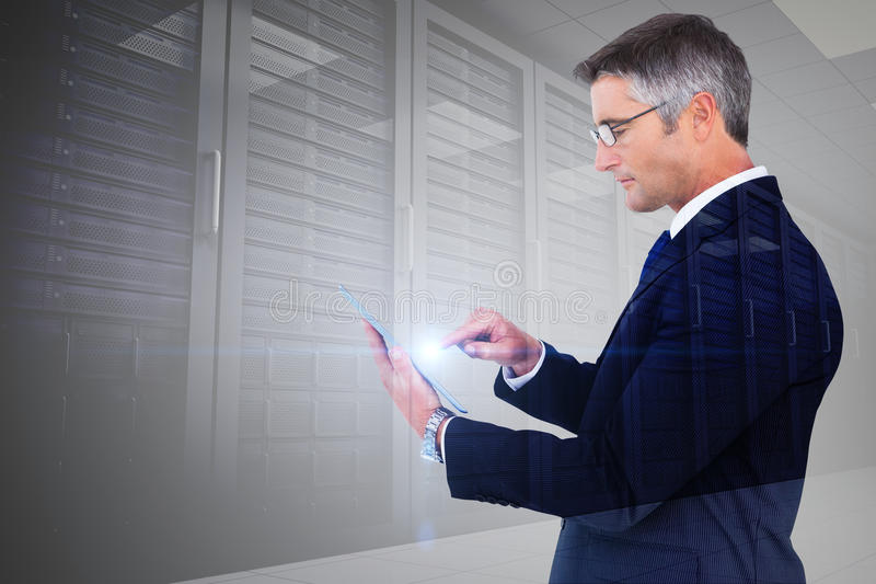 Zusammengesetztes Bild des mittleren Abschnitts einer rührenden Tablette des Geschäftsmannes stockbild