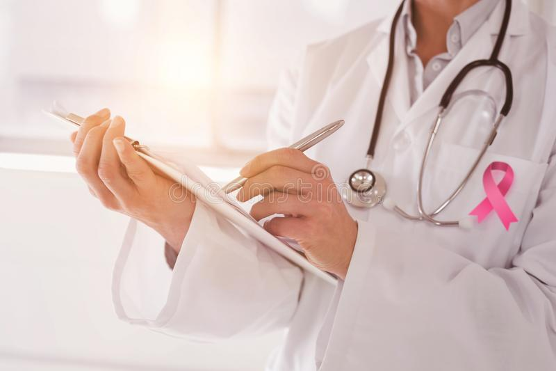 Zusammengesetztes Bild des mittleren Abschnitts eines Ärztinschreibens berichtet lizenzfreies stockfoto