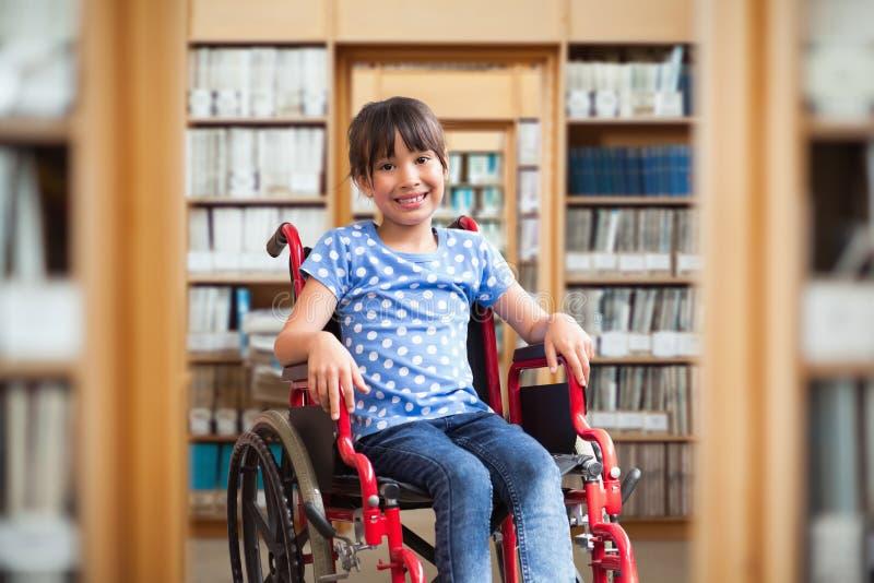 Zusammengesetztes Bild des netten behinderten Schülers, der an der Kamera in der Halle lächelt lizenzfreies stockfoto