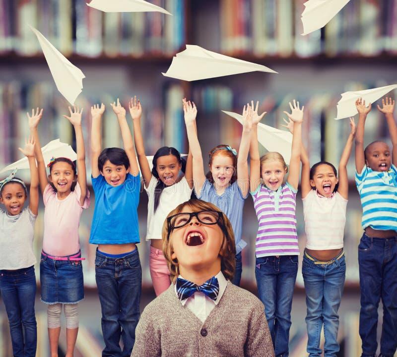 Zusammengesetztes Bild des netten Schülers kleidete oben als Lehrer an stockfotografie