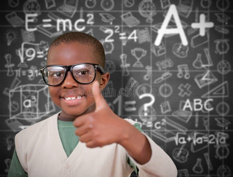 Zusammengesetztes Bild des netten Schülers mit den Daumen oben stockbild
